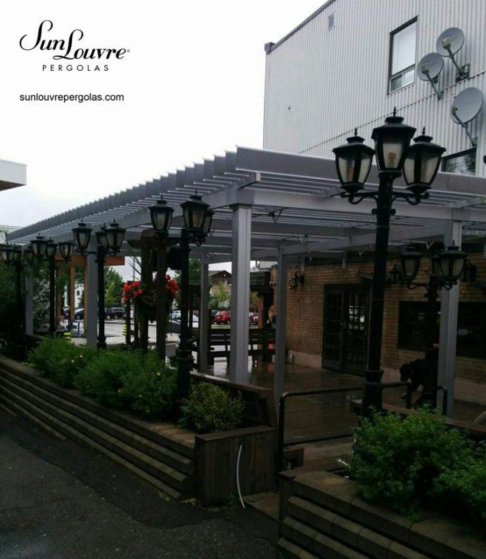 SunLouvre Pergolas grise restaurant terrasse