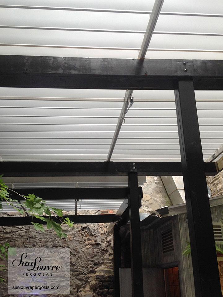 SunLouvre-Pergolas-noire-mur-pierre-098