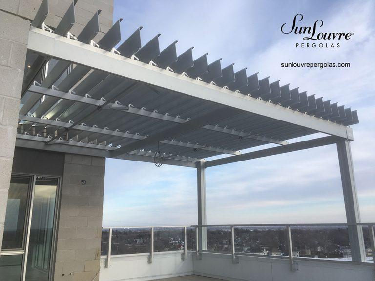 Pergola SunLouvre aluminium à lames orientables sur toit terrasse-0238