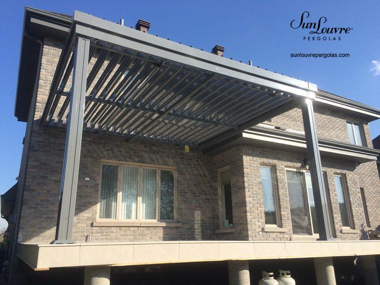 Pergola SunLouvre Pergolas, attachée, résidentielle, modèle à lames intégrées, toit de lames orientables-0241