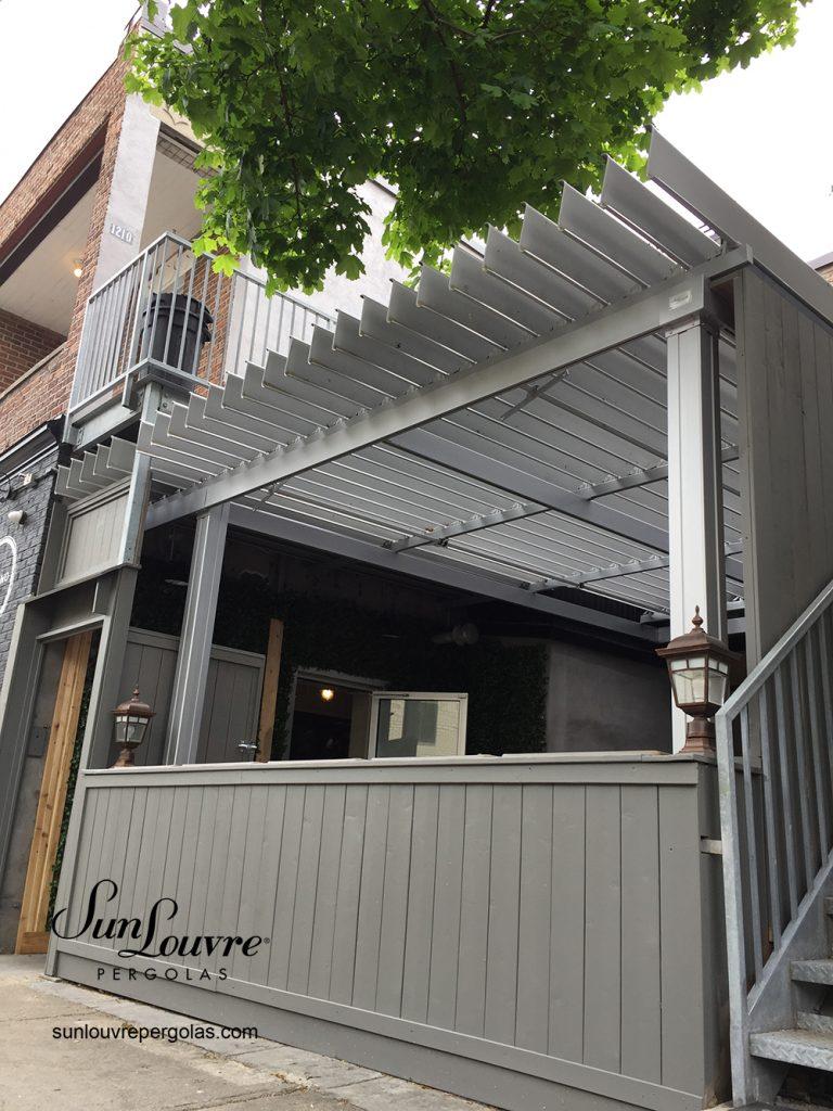 Pergola commercial, terrasse de restaurant La Trattoria a Montreal, SunLouvre Pergolas, toit de lames orientables.