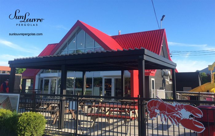 SunLouvre Pergolas commerciale, terrasse du restaurant Patates Plus à Québec, 100% aluminium, lames orientables, pergola bioclimatique - image 096