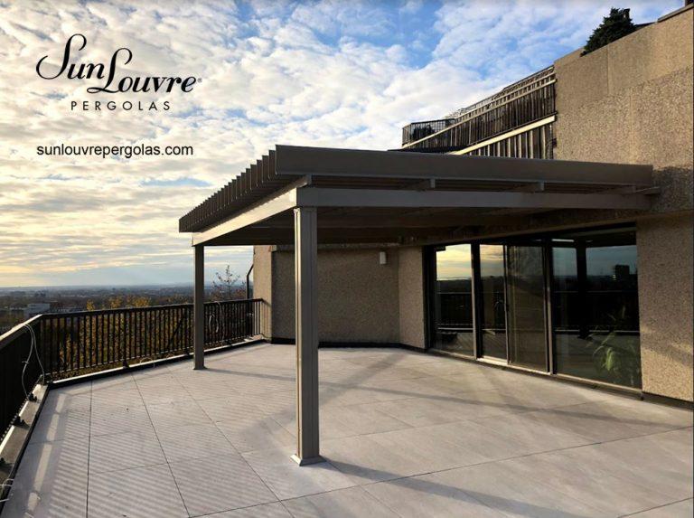 SunLouvre Pergolas à lames orientables, pergola en aluminium, pergola attachée au mur, pergola sur toit-terrasse