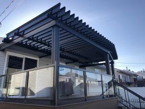 pergola, pergola bioclimatique, pergola avec toit en angle