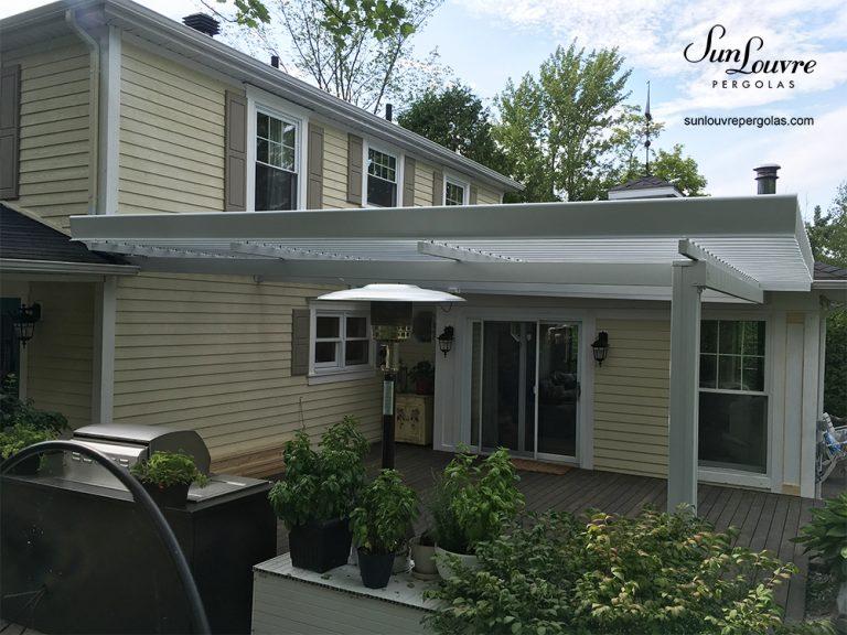 pergola aluminium blanche, pergola sur terrasse, pergola avec toit rétractable