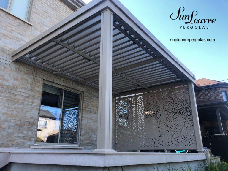 pergola en aluminium couleur sable, pergola avec mur intimite