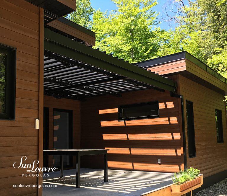 toit de pergola entre trois murs, pergola moderne bioclimatique, pergola en aluminium