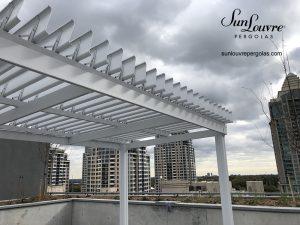 Pergola en aluminium avec toit de lames orientables, pergola modèle Classique offrant une protection contre le soleil et la pluie - image 0129