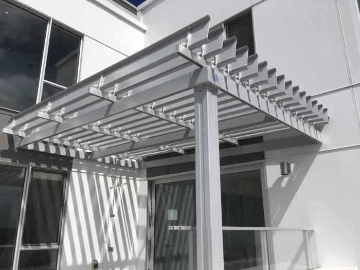 SunLouvre Pergolas, pergola en aluminium gris- image-0251