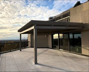 SunLouvre Pergolas à lames orientables, pergola en aluminium, pergola attachée au mur, pergola sur toit-terrasse - image 0296