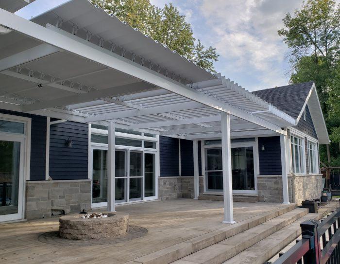 Pergola en aluminium blanche, pergola bioclimatique à trois sections de toit ajustables- image 0299