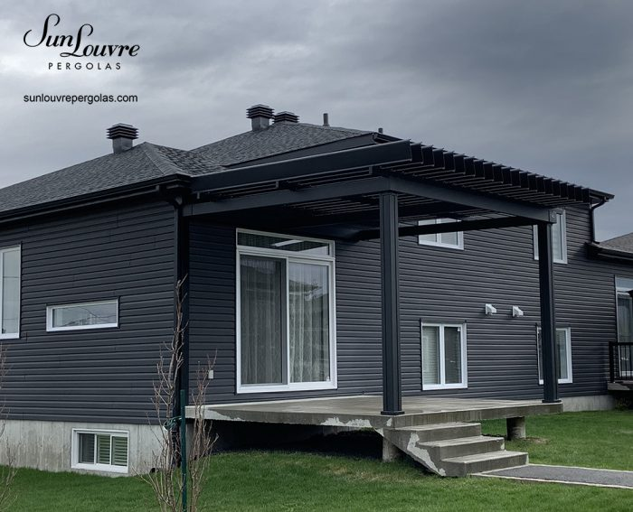sunlouvre-pergolas-noire-maison-grise-2029